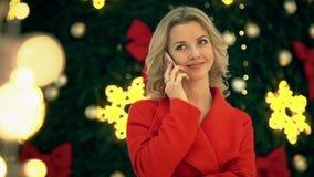 A menina no revestimento vermelho que fala no telefone Natal O humor festivo 2 video estoque
