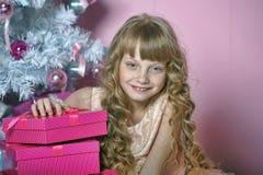 Menina no rosa na árvore de Natal foto de stock royalty free