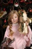 Menina no rosa na árvore de Natal Fotografia de Stock