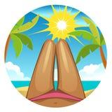 A menina no roupa de banho, pés fêmeas delgados no fundo da praia Foto de Stock