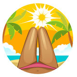 A menina no roupa de banho, pés fêmeas delgados no fundo da praia Fotos de Stock Royalty Free