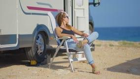 Menina no rv que acampa, na montanha perto do mar Conceito do turismo, curso, f?rias filme