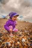 Menina no Sandy Beach Fotografia de Stock