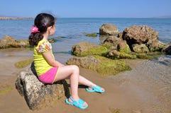 Menina no seashore fotografia de stock