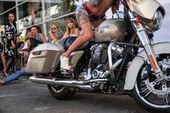 Menina no short com uma tatuagem em seu pé em uma motocicleta Fotografia de Stock
