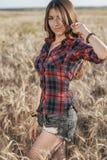 Menina no short de uma camisa do campo, recreação exterior do trigo, cabelo bonito Um estudante anda após a escola Fotografia de Stock Royalty Free