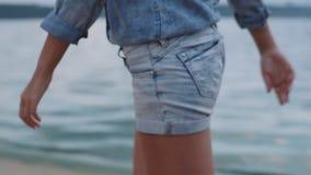 Menina no short que anda na praia filme