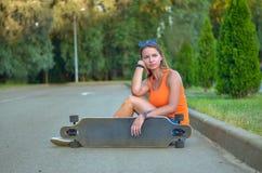 Menina no skate Imagens de Stock