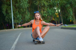 Menina no skate Imagens de Stock Royalty Free