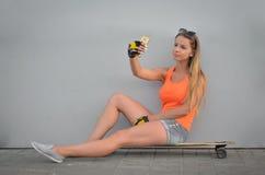 Menina no skate Fotos de Stock