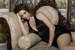 Menina no sofá Fotografia de Stock Royalty Free
