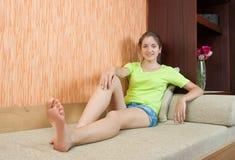 Menina no sofá fotos de stock