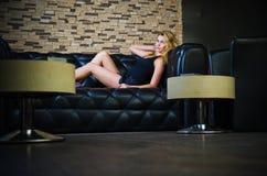 Menina no sofá Imagens de Stock Royalty Free