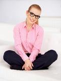 Menina no sofá branco Fotografia de Stock