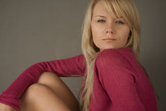 Menina no sofá no estúdio foto de stock royalty free