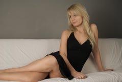 Menina no sofá no estúdio Foto de Stock
