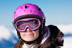 Menina no sorriso do capacete do esqui Fotografia de Stock