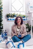Menina no sorriso do patamar de ano novo imagens de stock