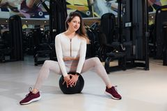 A menina no sportswear est? treinando no gym fotos de stock royalty free
