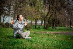 Menina no sportswear que faz a ioga na natureza Fotos de Stock Royalty Free