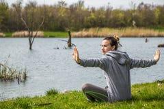 Menina no sportswear que faz a ioga na natureza Fotos de Stock