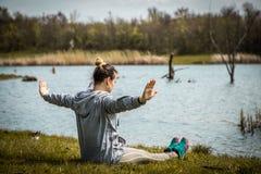 Menina no sportswear que faz a ioga na natureza Imagens de Stock