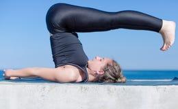 Menina no sportswear que faz a ioga no ar livre Imagem de Stock