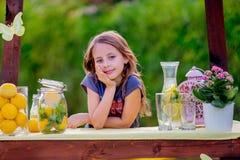 Menina no suporte de limonada Fotografia de Stock Royalty Free