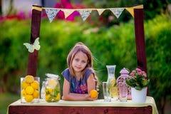 Menina no suporte de limonada Imagens de Stock Royalty Free