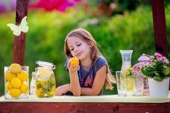Menina no suporte de limonada Fotos de Stock Royalty Free