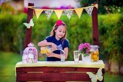 Menina no suporte de limonada Imagem de Stock