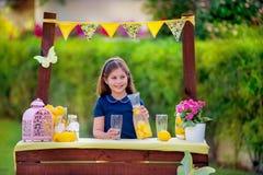 Menina no suporte de limonada Foto de Stock