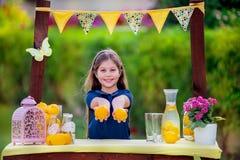 Menina no suporte de limonada Imagens de Stock
