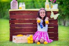 Menina no suporte de limonada Imagem de Stock Royalty Free