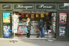 Menina no suporte do cartão, Paris, França, liberação modelo Imagens de Stock