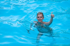 Menina no swimming-pool Foto de Stock Royalty Free