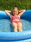 Menina no swimming-pool foto de stock