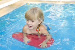 Menina no swimming-pool Fotografia de Stock