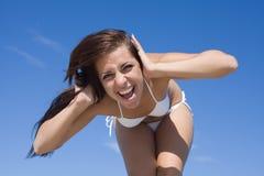 Menina no swimwear branco que grita de encontro ao céu Fotografia de Stock