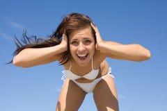 Menina no swimwear branco que grita de encontro ao céu Imagem de Stock Royalty Free