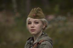 Menina no tampão soviético da forragem Fotografia de Stock