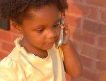Menina no telefone de pilha
