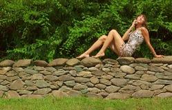Menina no telefone de pilha fotos de stock royalty free