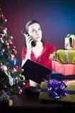 Menina no telefone no Natal Foto de Stock Royalty Free
