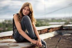 Menina no telhado Fotografia de Stock Royalty Free
