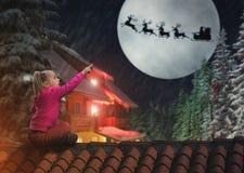 Menina no telhado na Noite de Natal imagem de stock