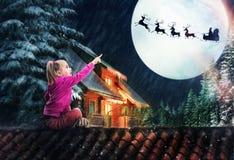 Menina no telhado na Noite de Natal Fotos de Stock Royalty Free