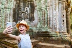 Menina no templo de Angkor Wat Fotos de Stock