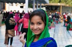 Menina no templo dourado amritsar India Imagem de Stock Royalty Free