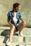 A menina no terno da sarja de Nimes Fotos de Stock Royalty Free